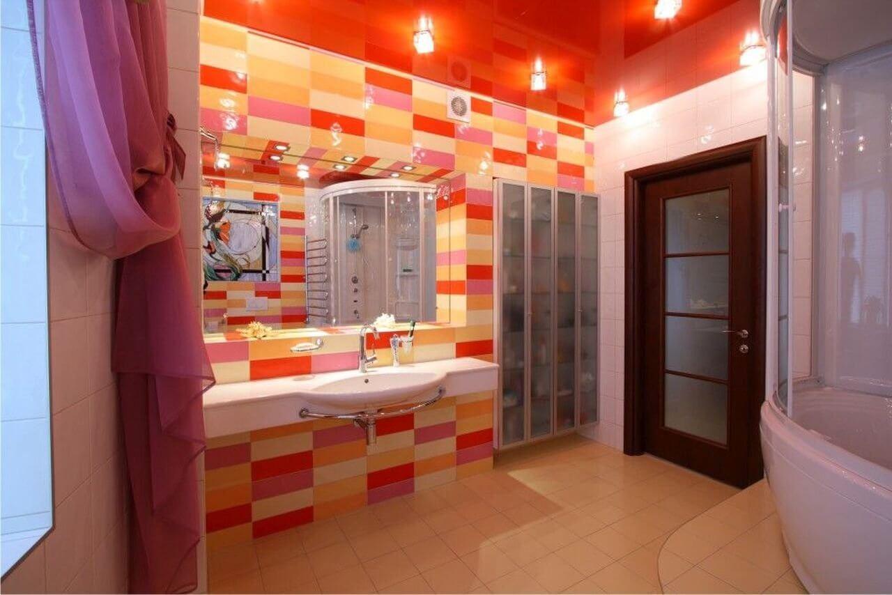 Красный потолок в ванной